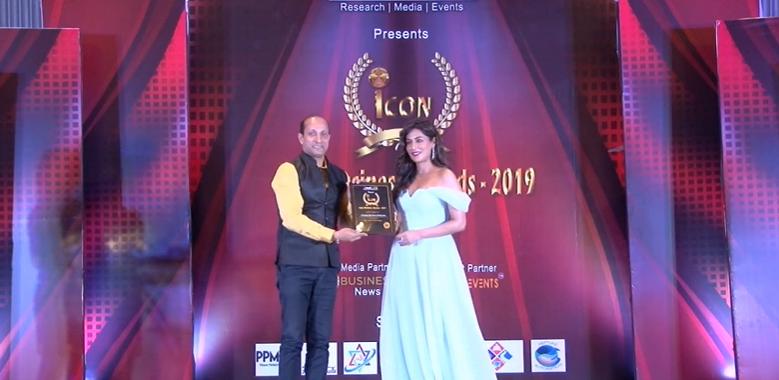 Amitabh Bhattacharjee receiving the award from Bollywood actor Chitrangada Singh