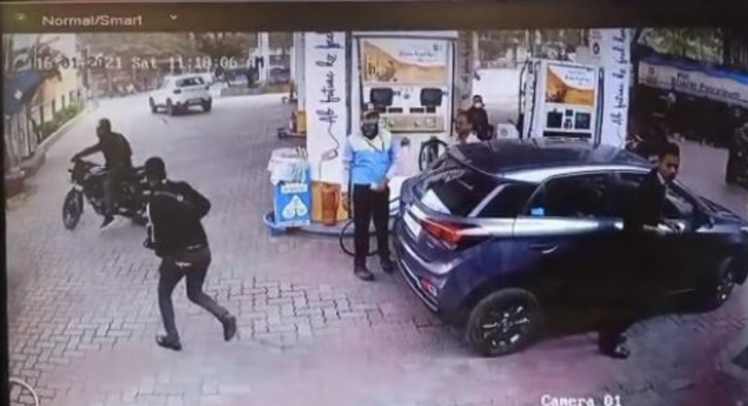 Broad daylight robbery at Beltola; one caught by public